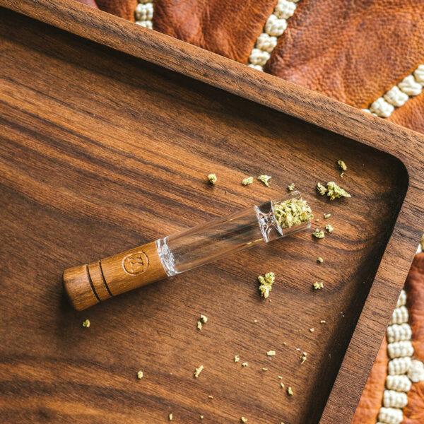 Marley Small Taster - Γυάλινη Πίπα με Ξύλο σε βάση ξύλινη με ανθό κάνναβης.