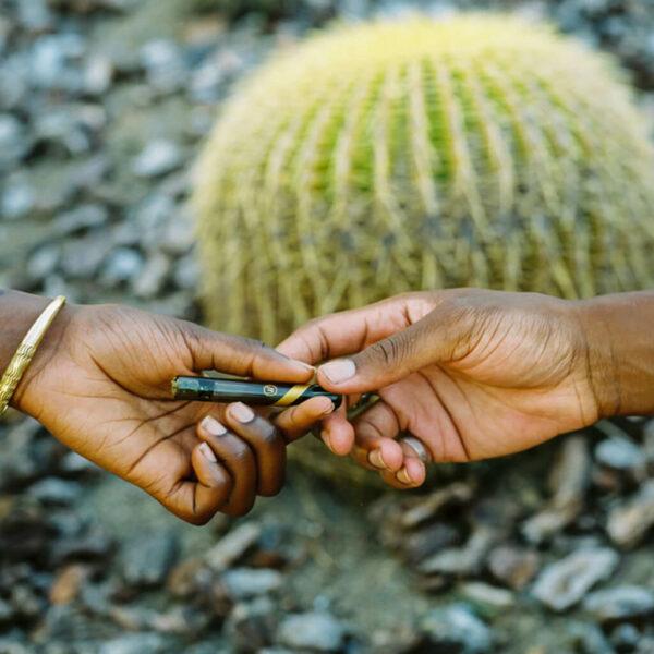 Marley Smoked Glass Taster - Γυάλινη Πίπα χέρι με χέρι.